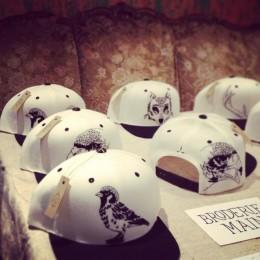 Les casquettes brodées à la main de Cléa Lala